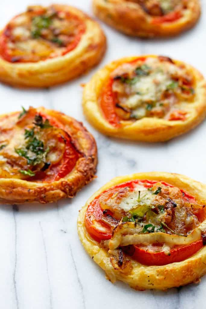 Tomato Tarts: Deliciously simple and complete with caramelized onions ...