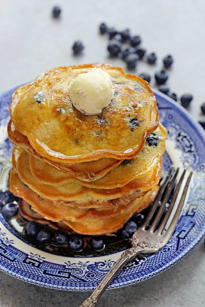 Easy Blueberry Pancakes – These pancakes are made with just 5 ...